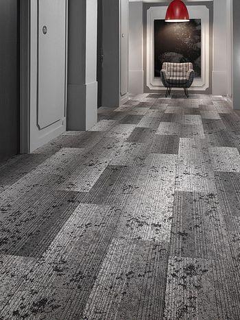 Alinéa Sols - Moquette grise dans un couloir